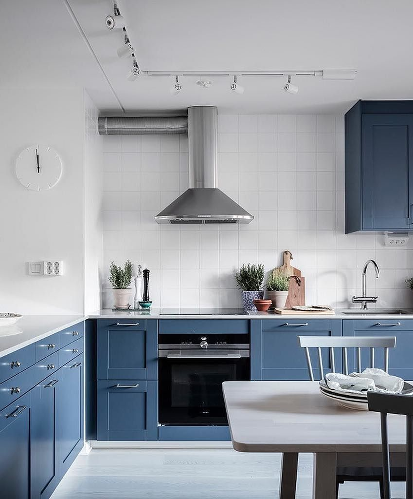 Scandinavian Kitchen with blue cabinets via @entrancemakleri