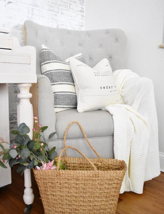 15 Farmhouse Throw Pillows for the Couch, Bed and more!
