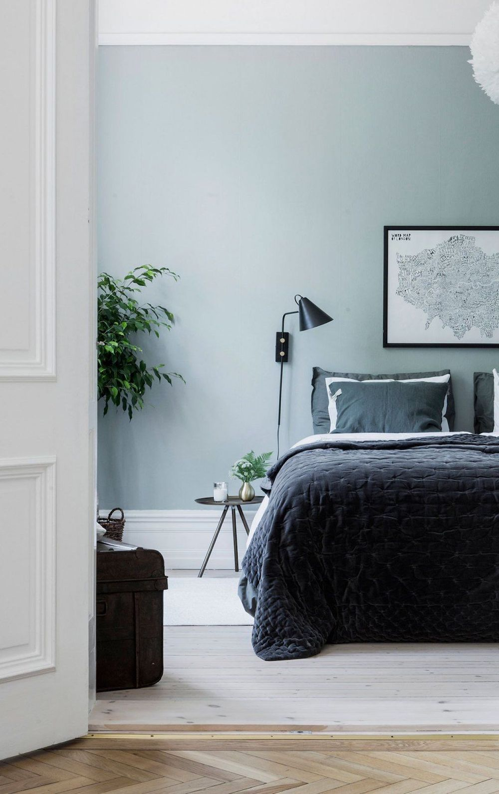 Black scandi wall sconce in bedroom via Alvheim