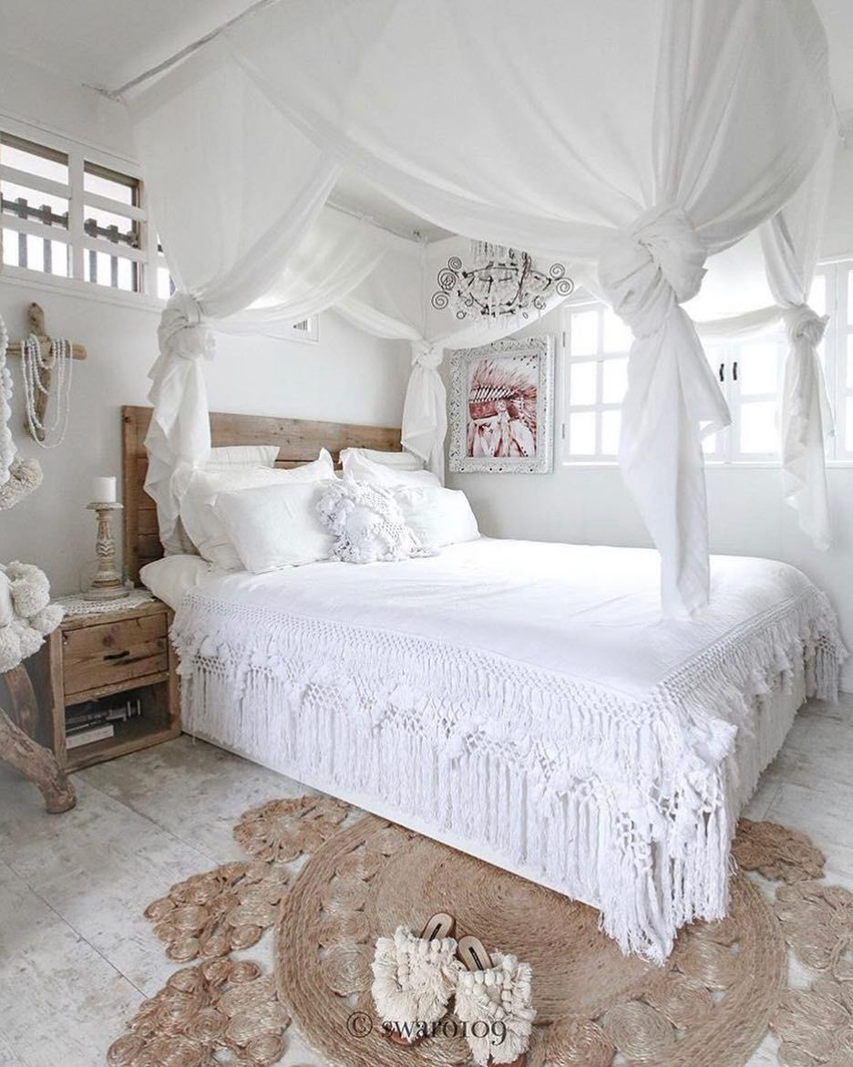 Bohemian bedroom with white fringed quilt via @swaro109