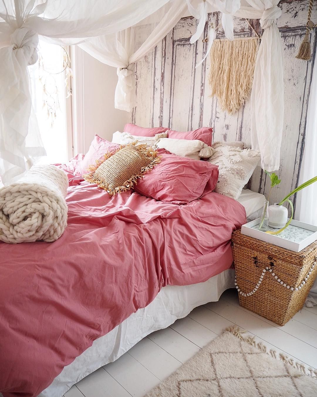 Bohemian bedroom with pink sheets via @prinsessavanessa