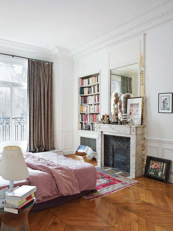 Parisian bedroom with bookshelf decor via Nuevo Estilo Delphine de Canecaude