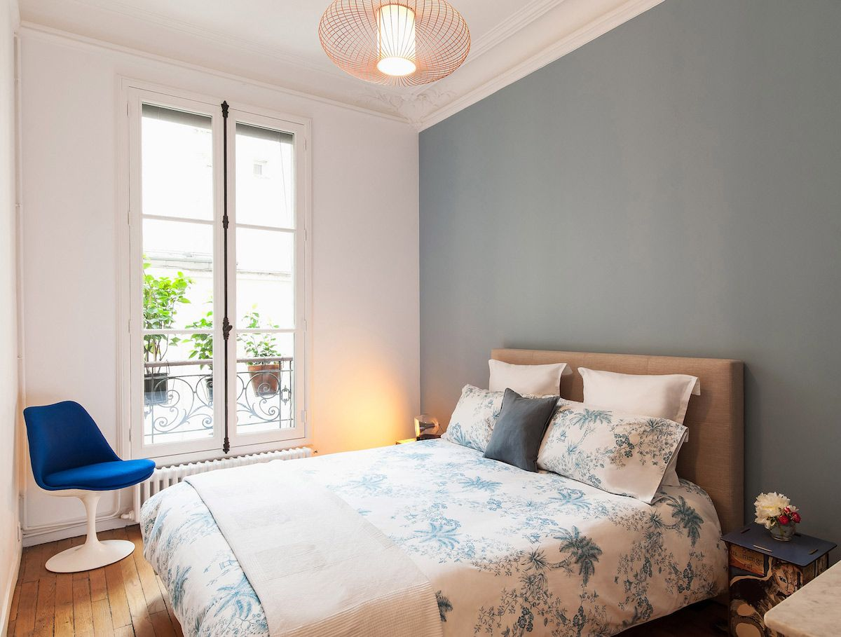 Parisian bedroom with mid-century modern swivel chair via havenin