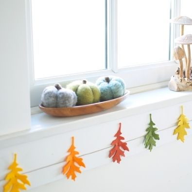 DIY Autumn Colored Felt Leaf Garland via themagiconions
