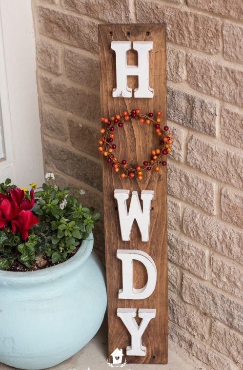 DIY Howdy Pallet Fall Sign via theamericanpatriette