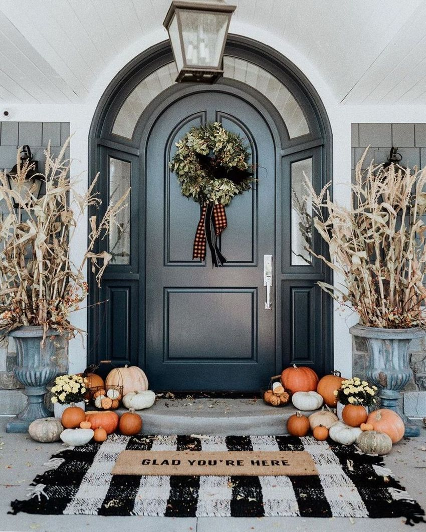 Fall front porch with black and white rug via @rachparcell