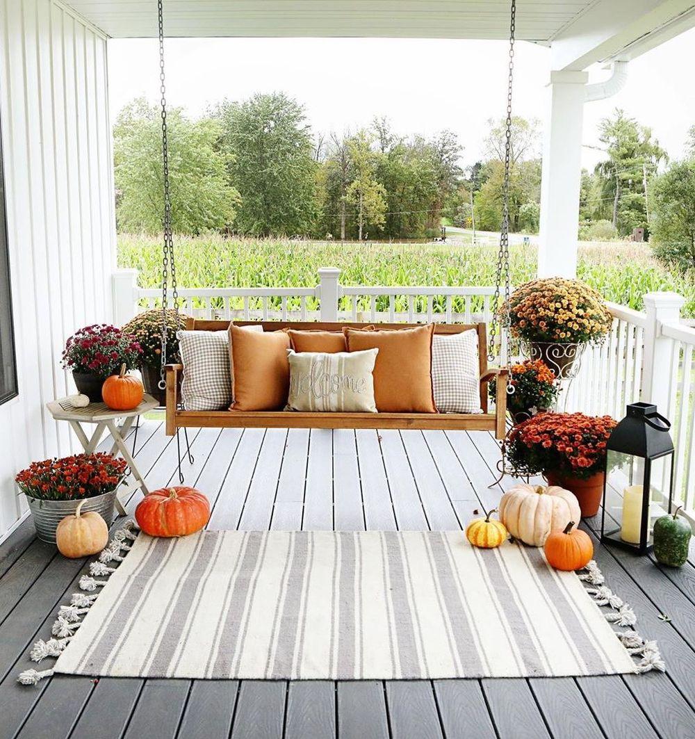 Fall front porch with cozy porch swing and mums via @sugarmaplefarmhouse