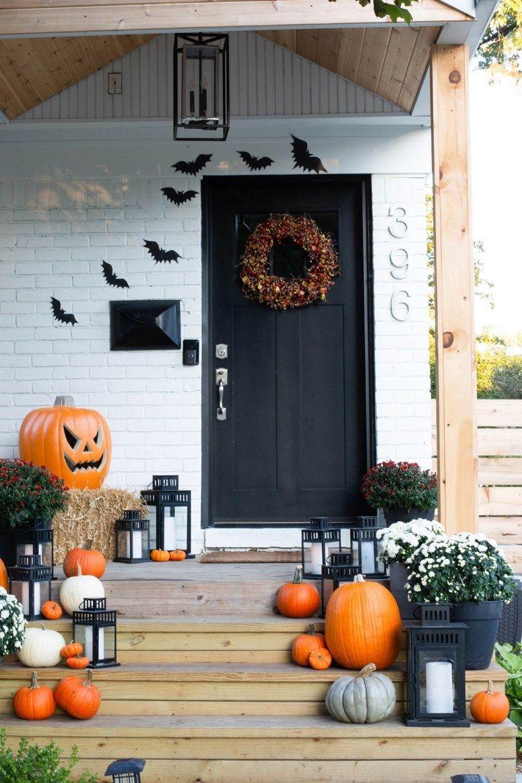 Halloween front porch decor with black front door via @daniellegutelli