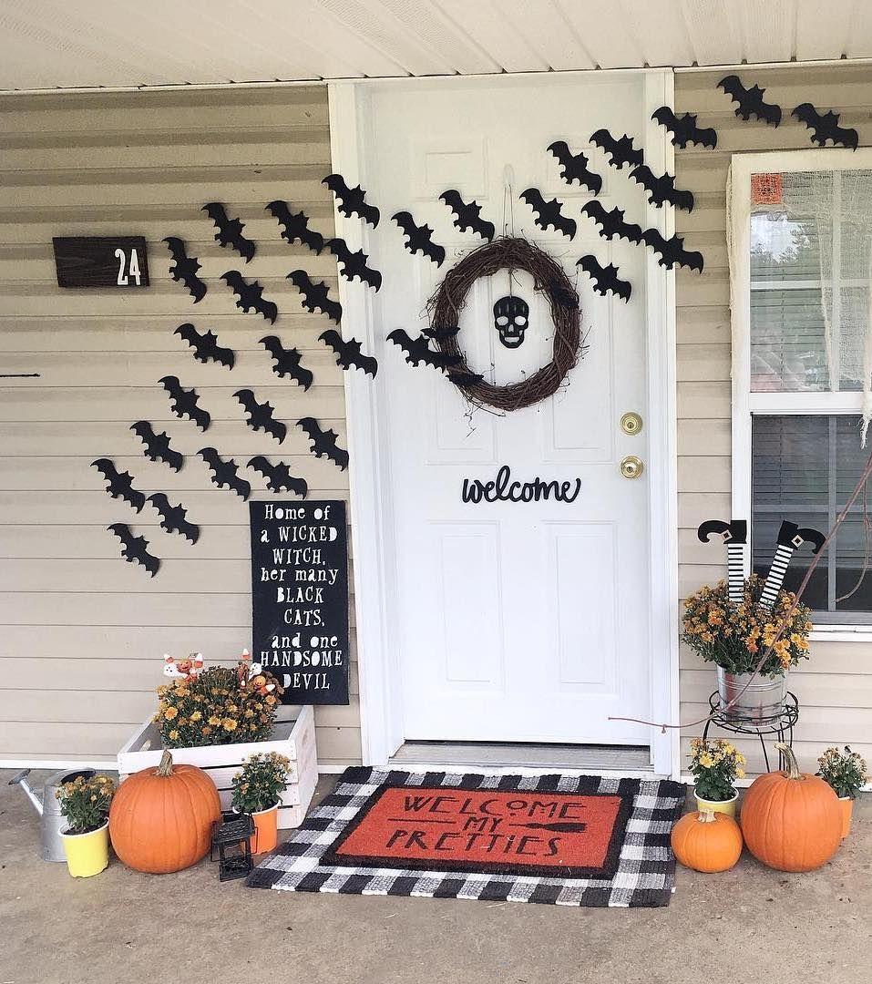 Halloween front porch decor via @initialedcottagehome