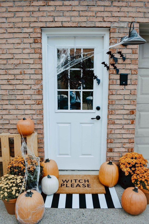 Halloween front porch decor via @kourtnileigh