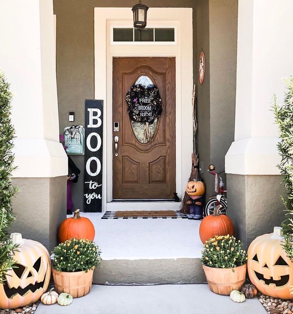 Halloween front porch decor via @modernvintagefarmhouse