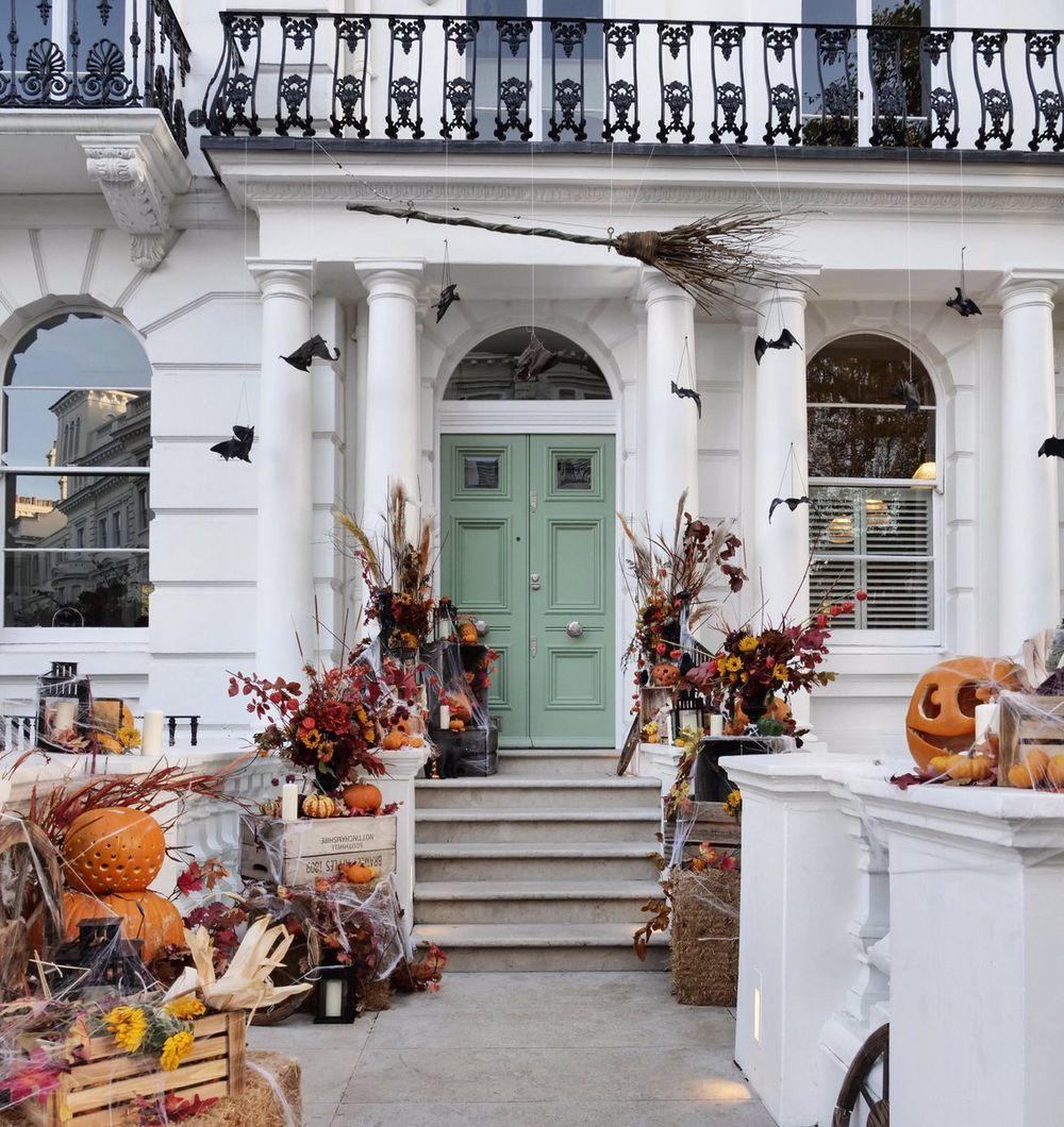 Halloween front porch decor via ArabellaGolby