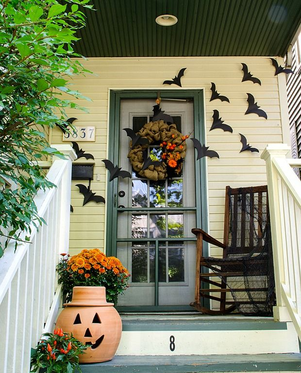 Halloween front porch decor via itallstartedwithpaint
