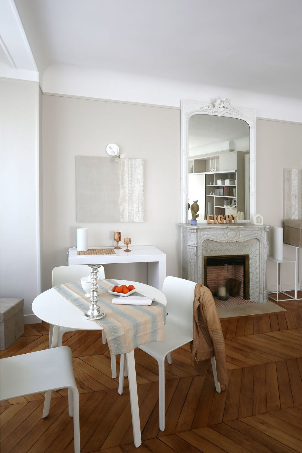 Parisian dining room decor with all white Scandinavian furniture via CoteMaison Charlotte Soissons Lenormand