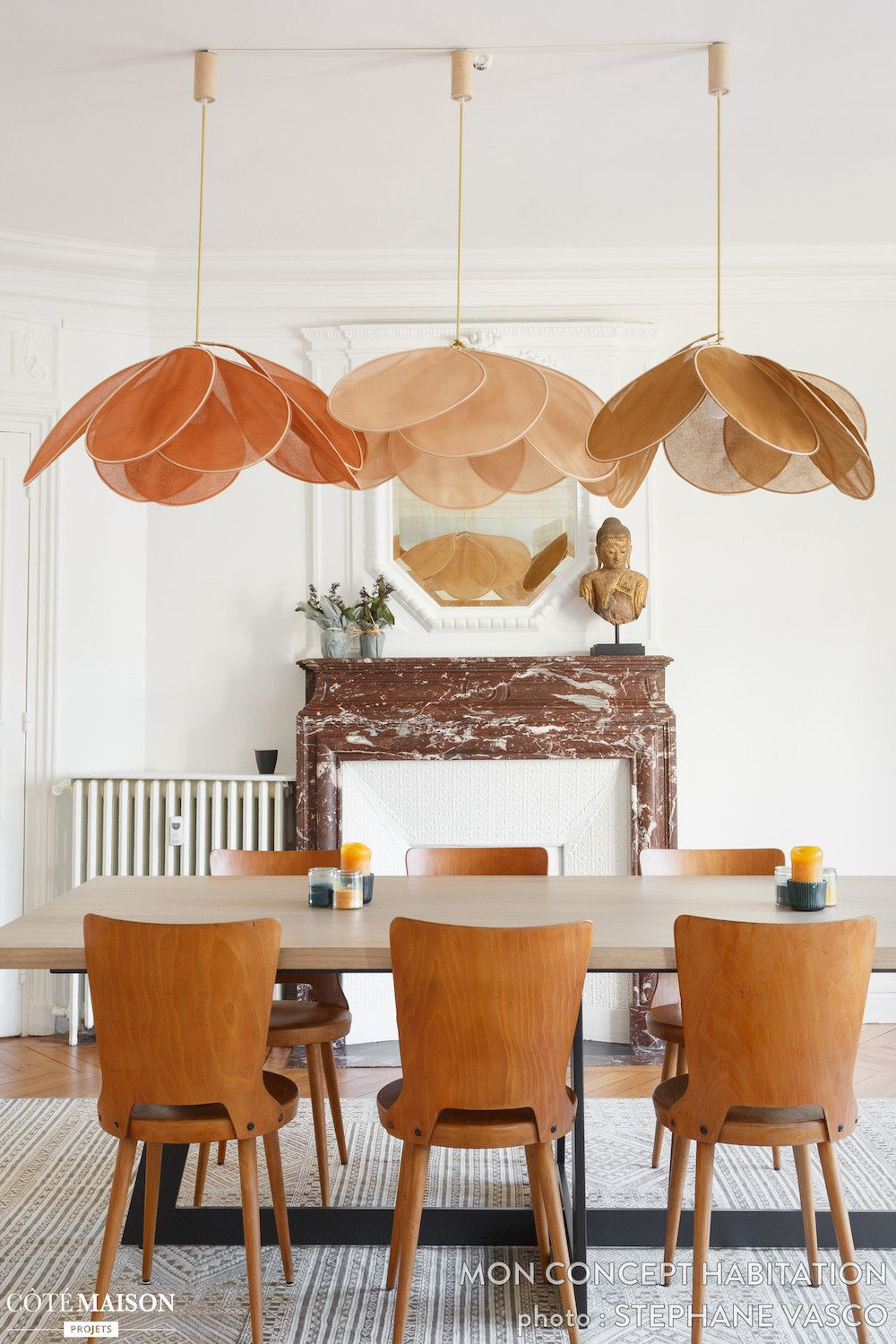 Parisian dining room with brown Mid-century modern chairs via Mon Concept Habitation CoteMaison