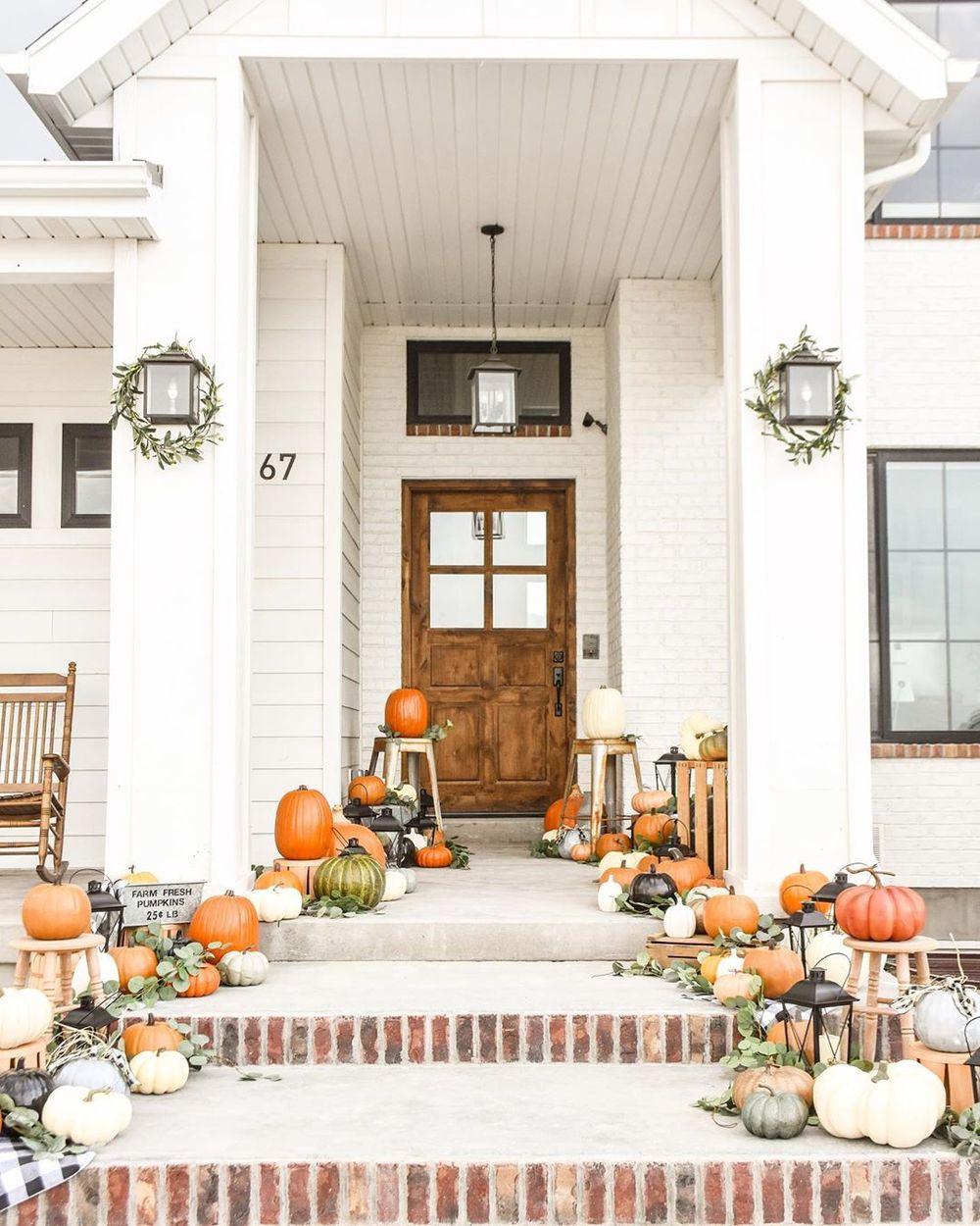 Pumpkin pathway Fall Front Porch decor via @karaspartyideas