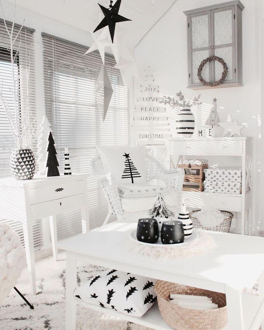 Black and white Scandi Christmas Living Room Decor via @so.lebe.ich