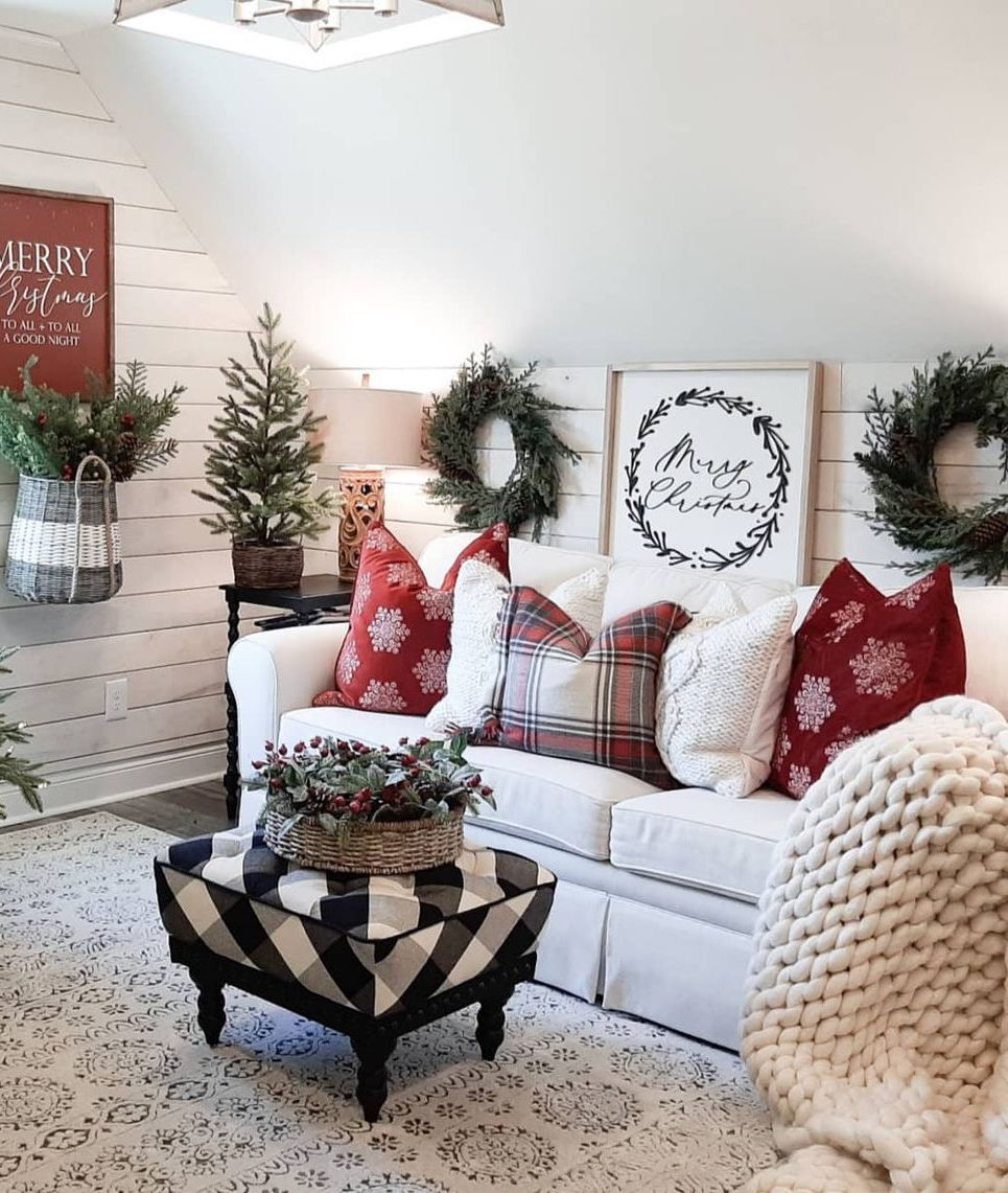Christmas Throw Pillows via @bridgewaydesigns