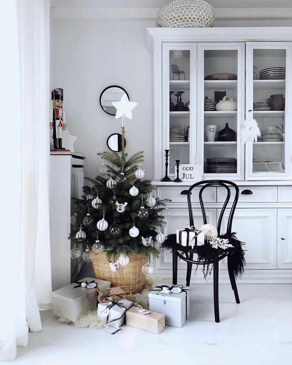 Kitchen Plate Cabinet Decor via houseofideas.de