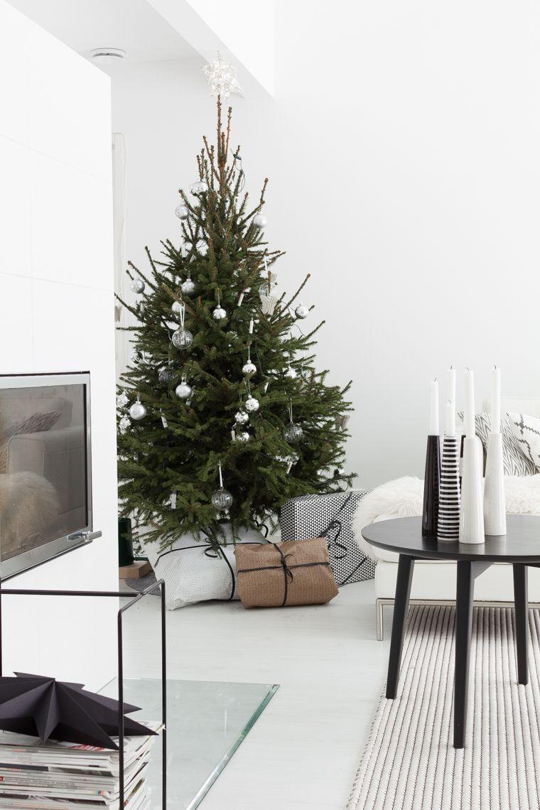 Minimalist Scandinavian Christmas Decor with Black Coffee Table via lisbete
