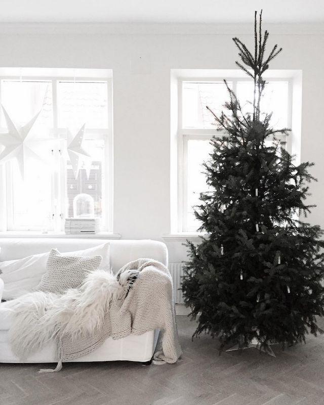 Scandi Christmas Decor with White Couch via @vittvittvitt