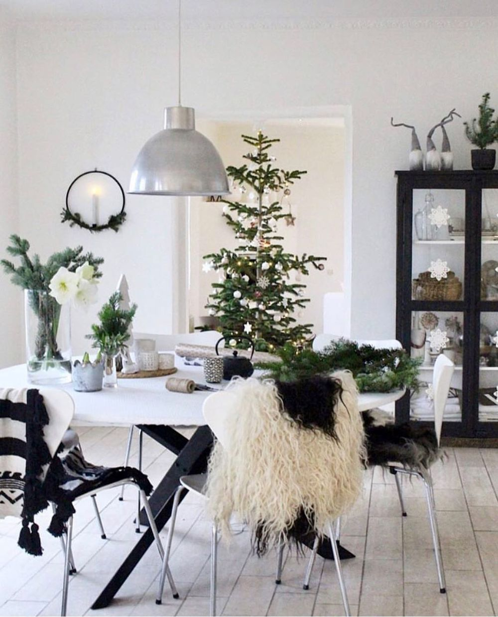 Scandi Christmas dining room with lots of Evergreen via @skovbon