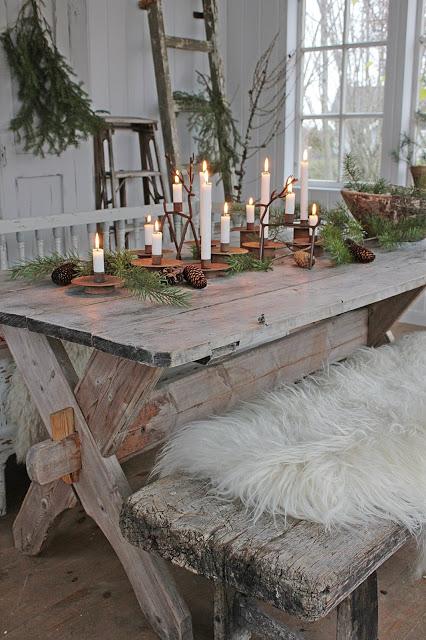 Scandi rustic Christmas dining room decor via vibekedesign