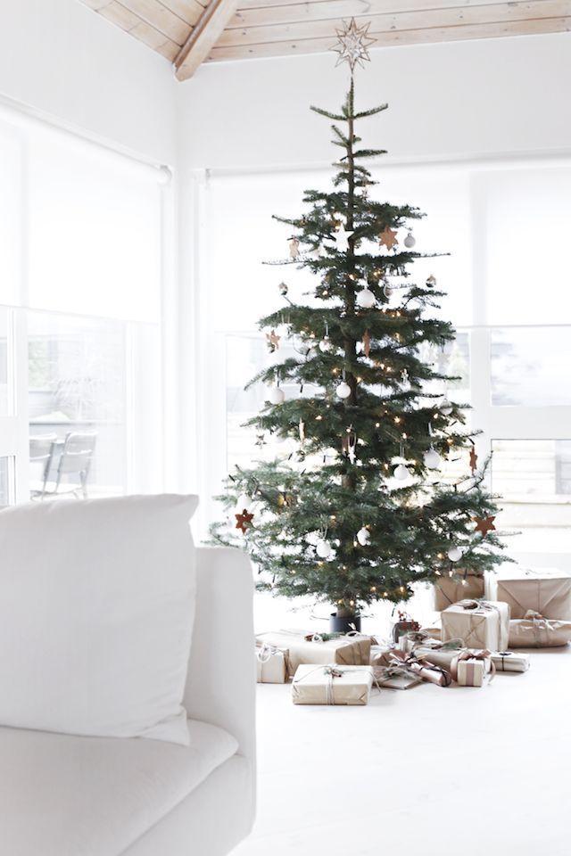 Scandinavian Christmas tree decor via stylizimoblog