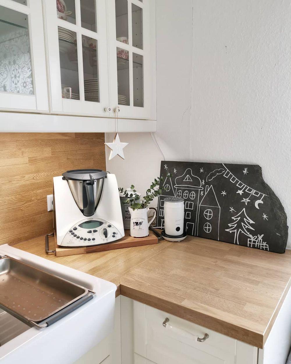 Simple Scandi Christmas Kitchen corner decor via @_______m_arina