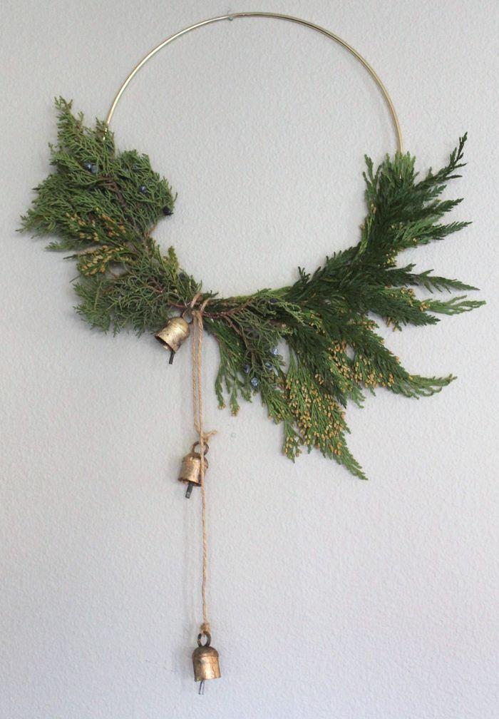 Simple modern DIY Christmas wreath via allisajacobs