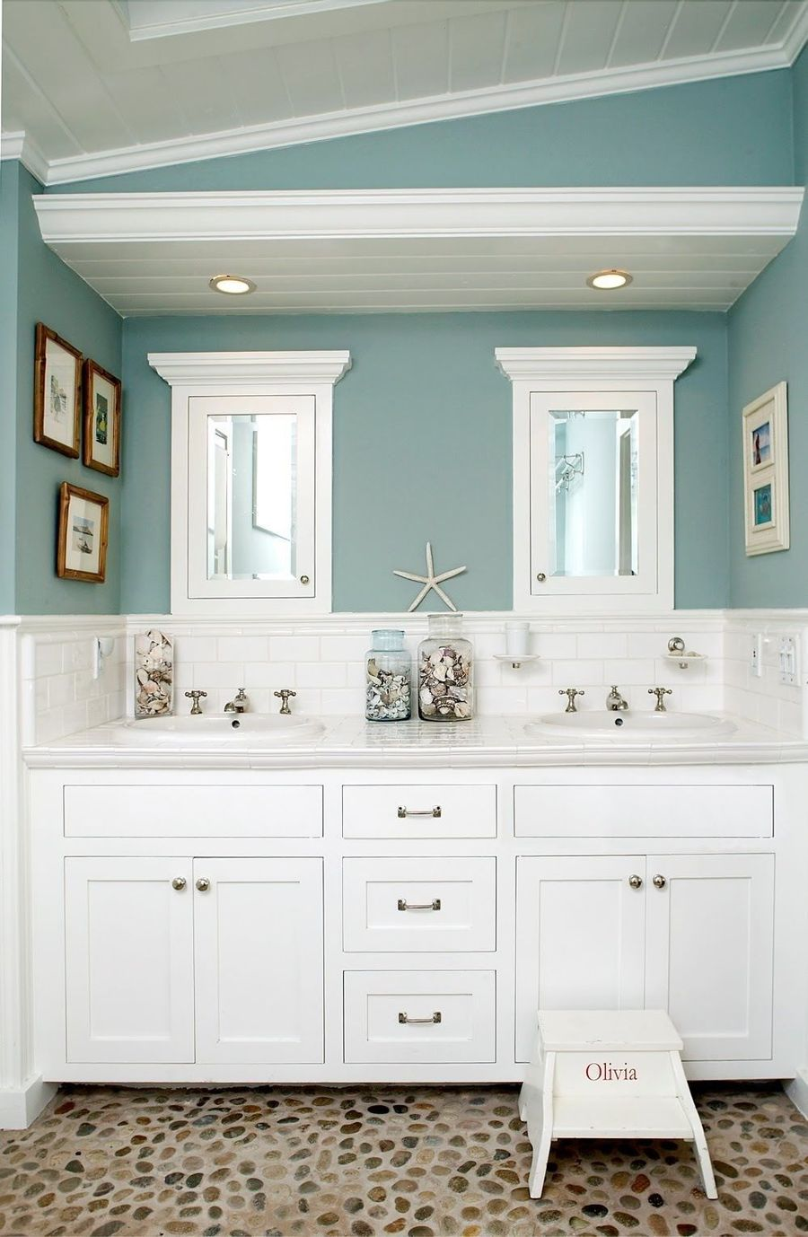 8 Modern Coastal Bathrooms with Classic Style
