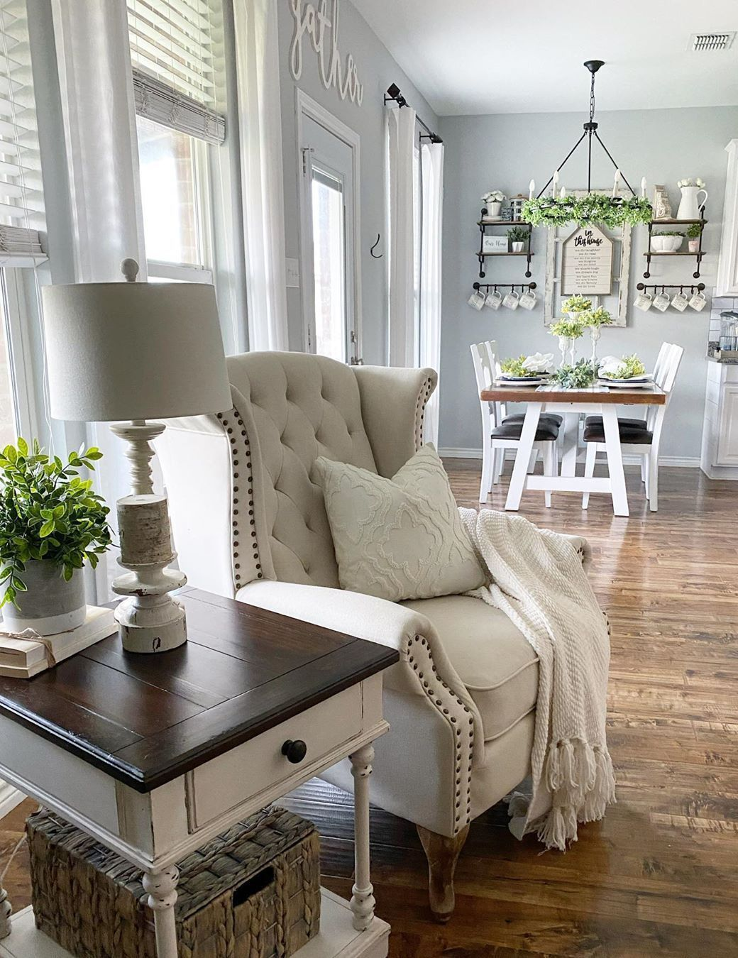 7 Cozy Farmhouse Accent Chairs for Relaxing