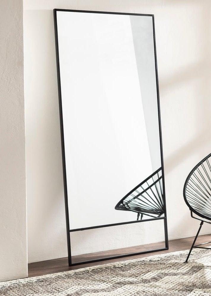 Moderner Spiegel über Überbestände