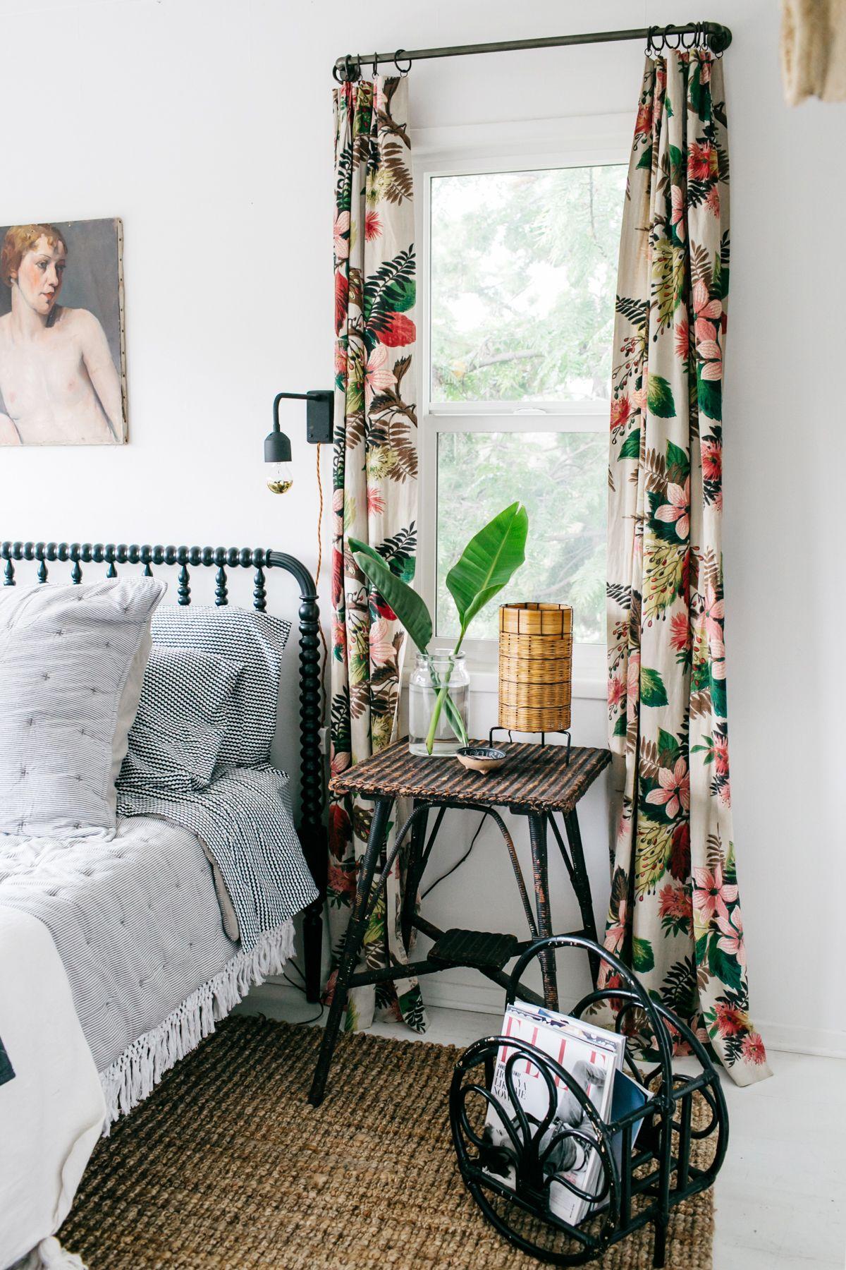 Tropische Vorhänge aus Rindenstoff mit hellem Blumendesign und Rattanmöbeln über SFGirlbyBay