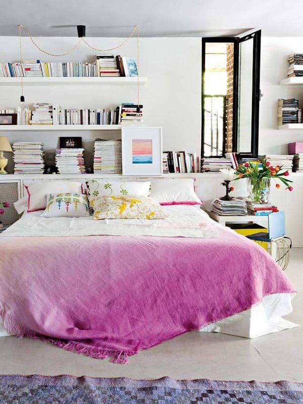 Schlafzimmer mit schwimmenden Bücherregalen