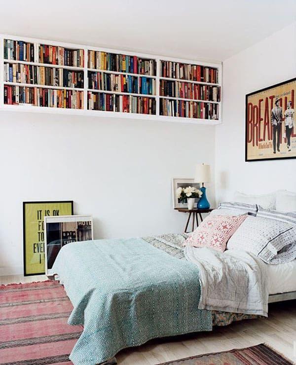Schlafzimmer mit oberen Bücherregalen