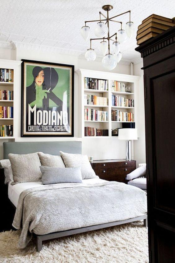Schlafzimmer mit oberen installierten Bücherregalen