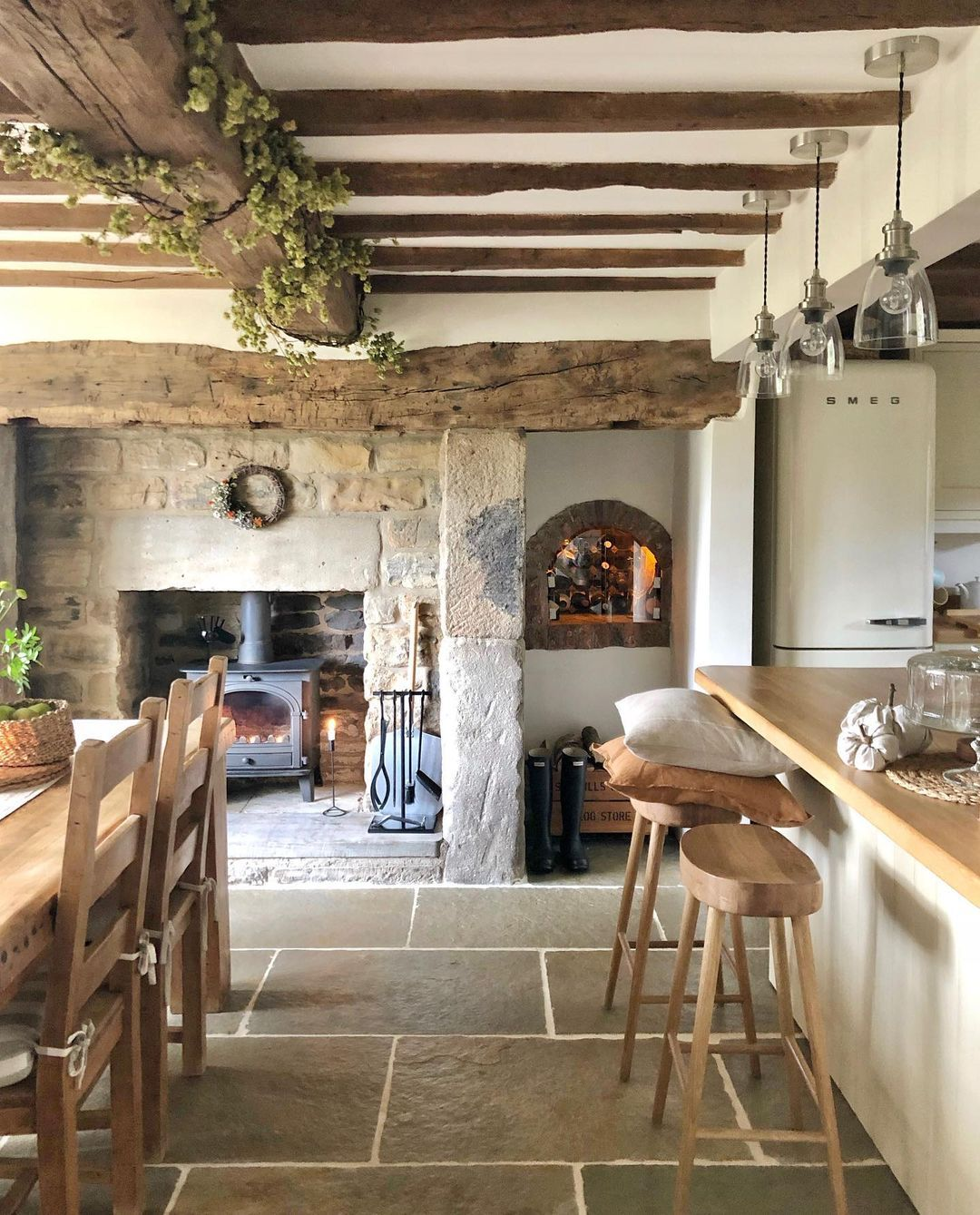 English Country Home Charm - Holzbalken und Steinmauern über @life_at_the_mews