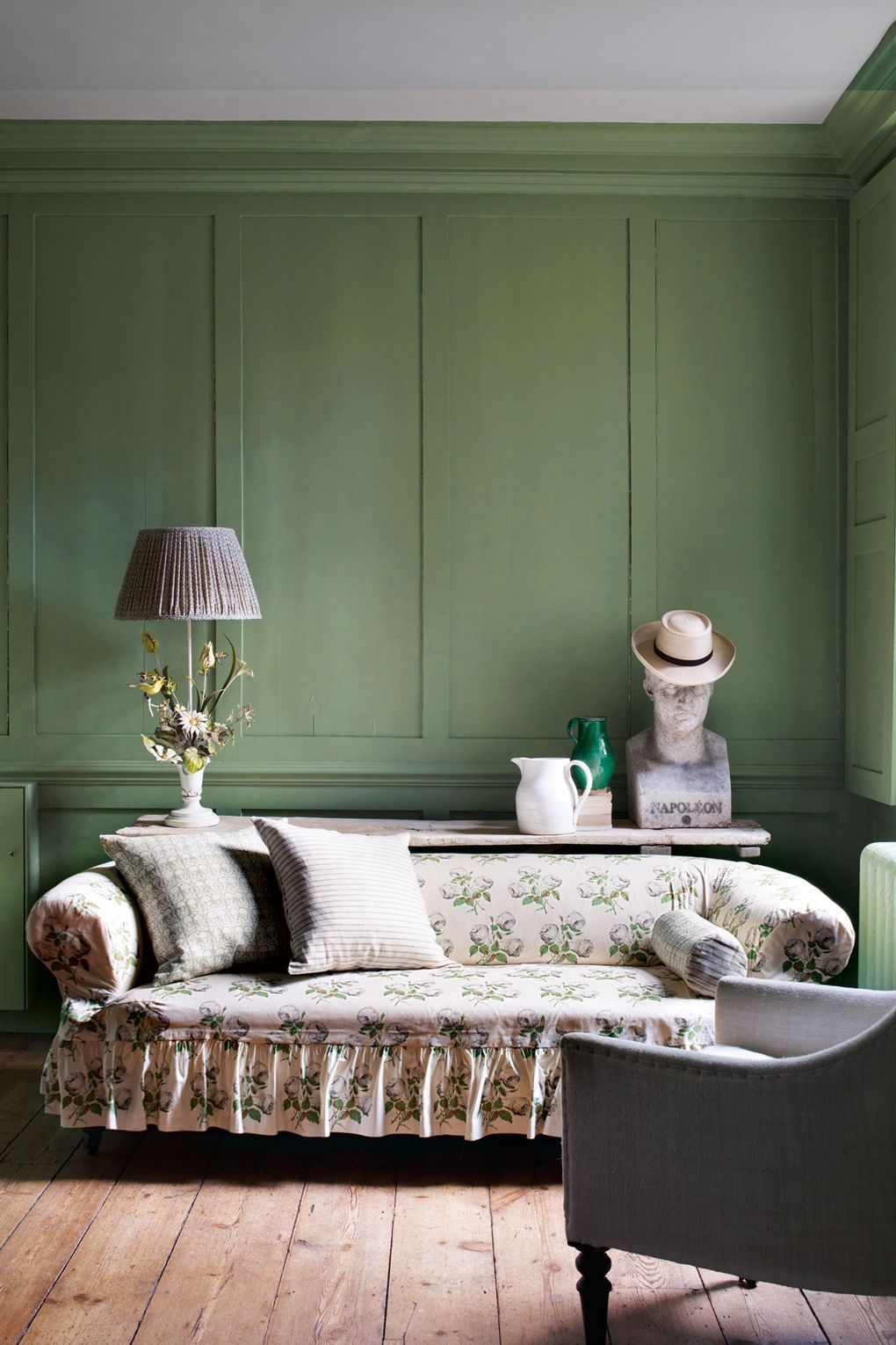 English Country Slipcover Sofa - Colefax und Fowler Bowood Print Slipcover Sofa mit Rüschenrock und Farrow and Ball Green Painted Wall
