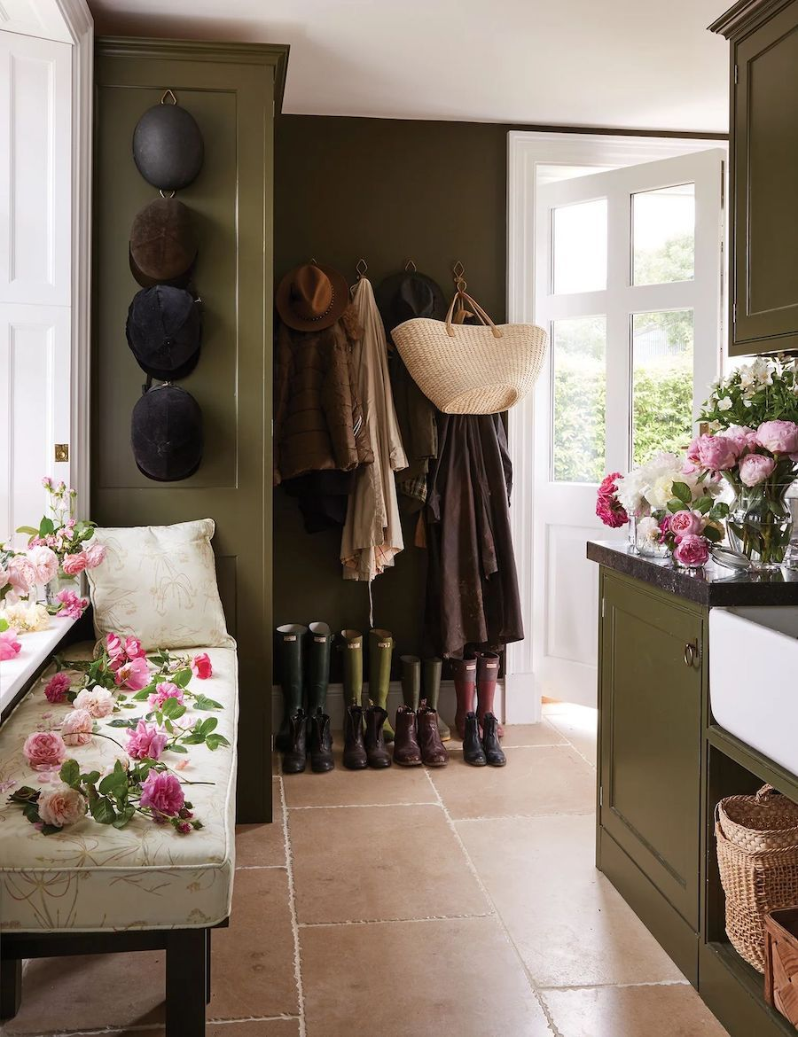 Englisches Land Mudroom Dekor über India Hicks Vogue