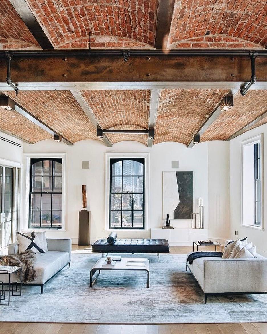 Freiliegende Metalldeckenbalken mit Backsteindecke Industrielles Wohnzimmerdekor