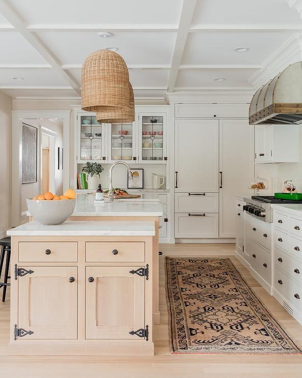Bauernhaus Küchendekor Blonde Holzschränke mit Vintage Eisenverriegelungshaken