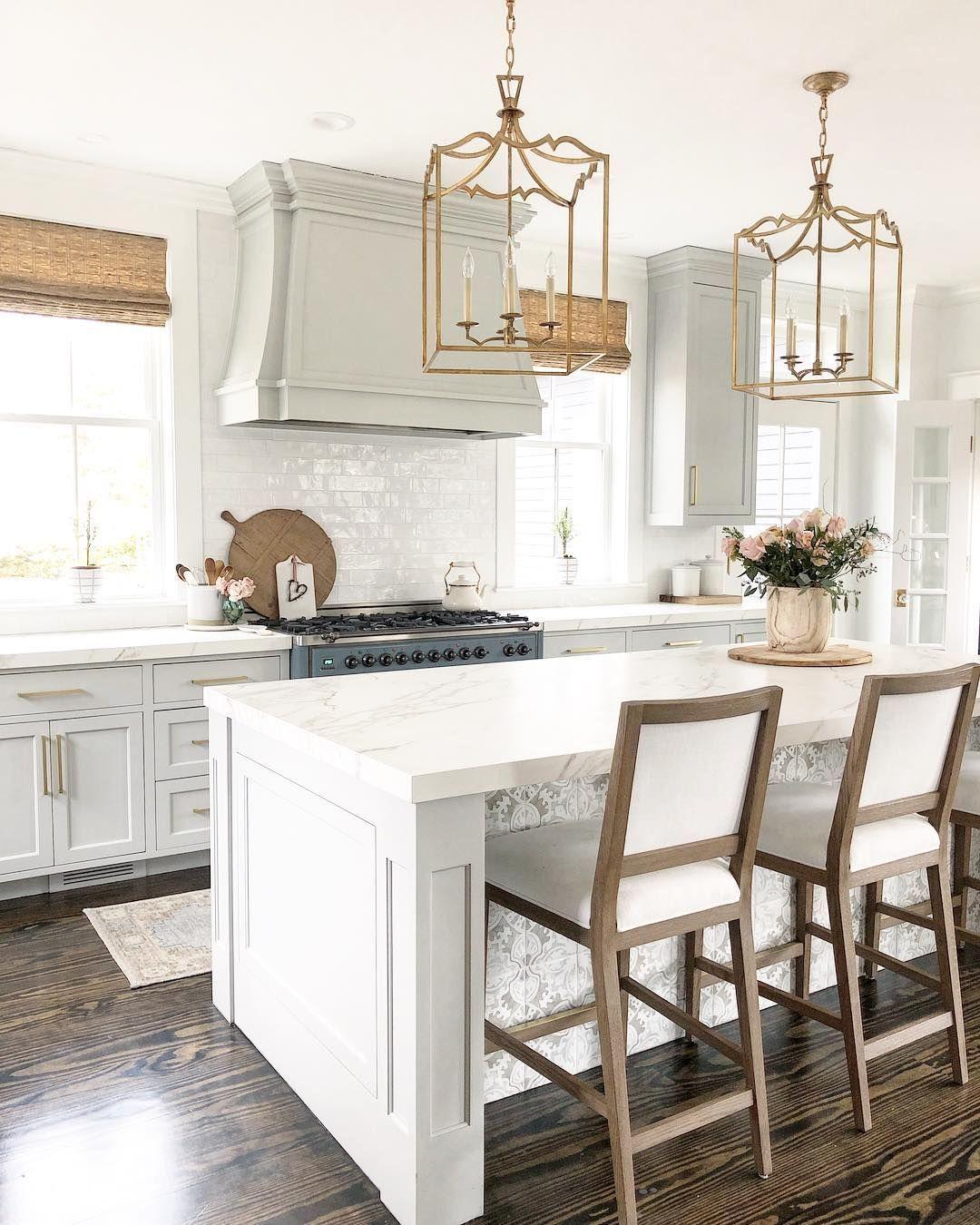 Farmhouse Kitchen Decor Ideas mit Holz-Thekenstühlen via @finding__lovely
