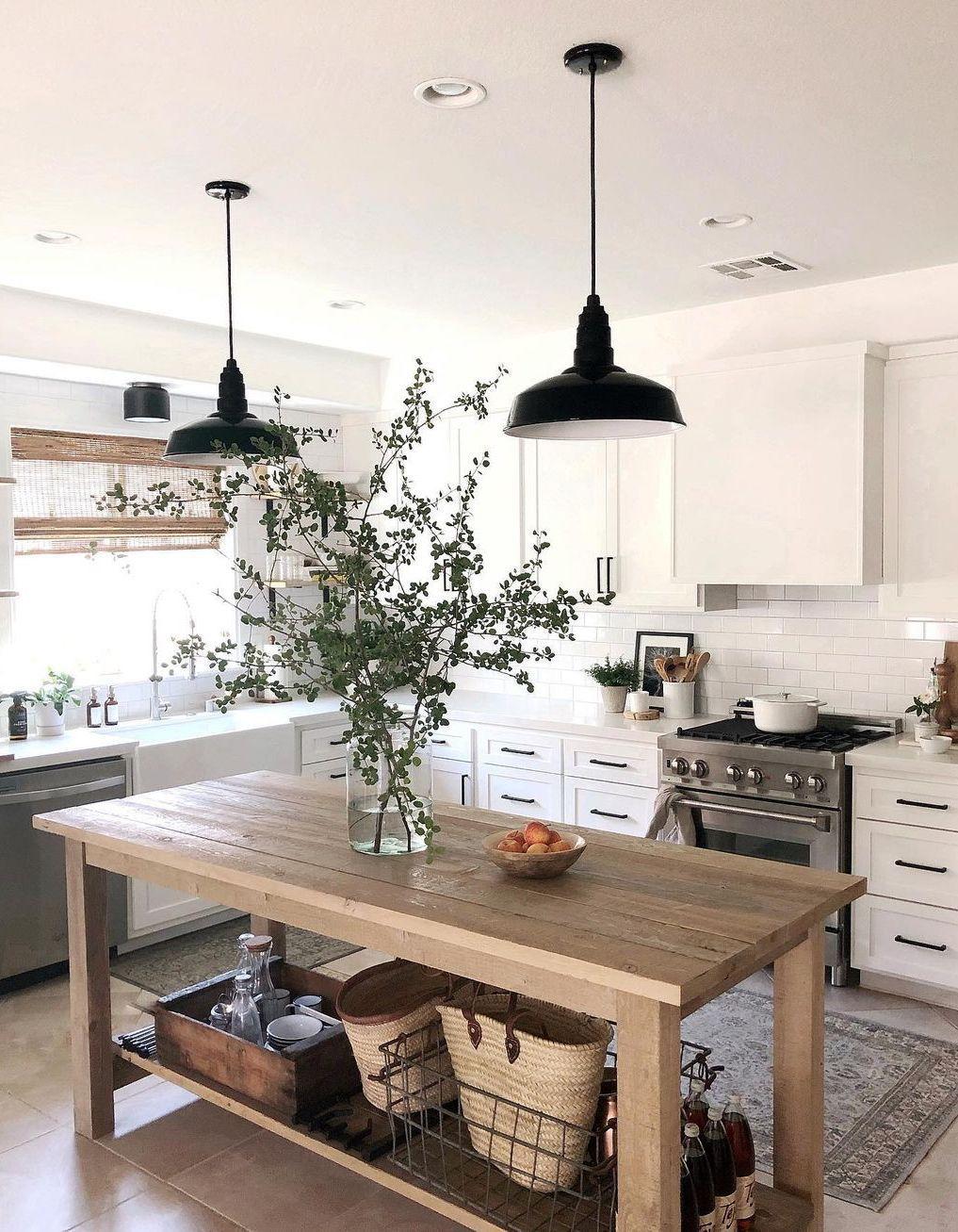 Farmhouse Kitchen Design mit schwarzen Metallpendelleuchten via @urbangrayhome