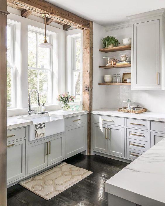 Farmhouse Kitchen Design mit Holzbalken und Schürzenwaschbecken via @finding__lovely