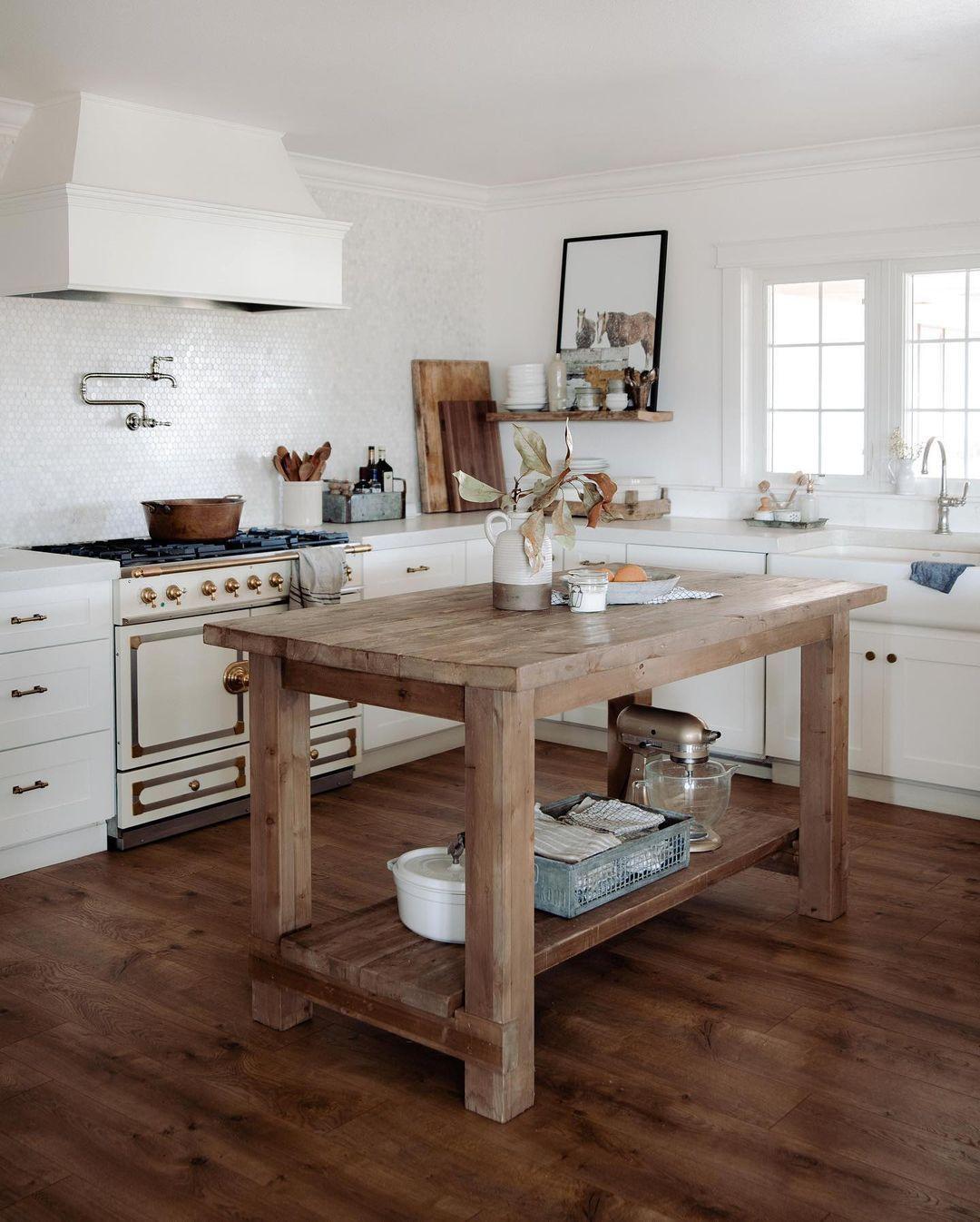 Farmhouse Kitchen Design mit Wood Kitchen Island über @boxwoodavenue