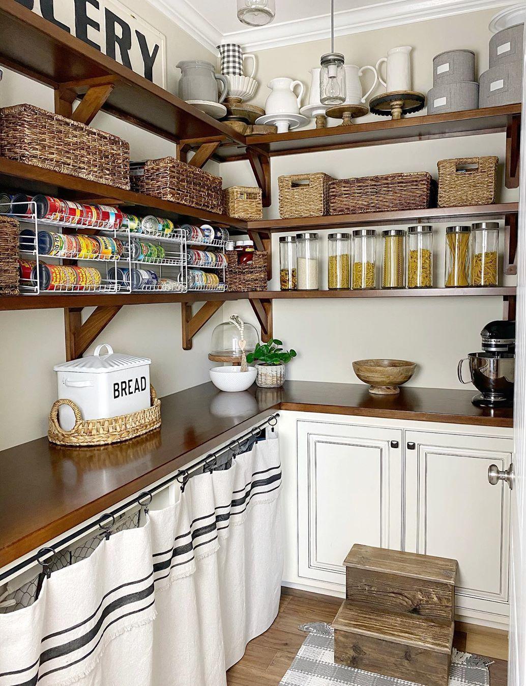 Farmhouse Kitchen Pantry Organisation über @thegatewayhome - Hier ist eine großartige Möglichkeit, die Speisekammer in Ihrer Küche zu organisieren!  Die dunkelbraunen Regale und beigen Weidenkörbe eignen sich perfekt für die Aufbewahrung von Lebensmitteln in Ihrer Speisekammer.  Gläser und weiße Krüge sorgen für einen schönen ländlichen Touch.