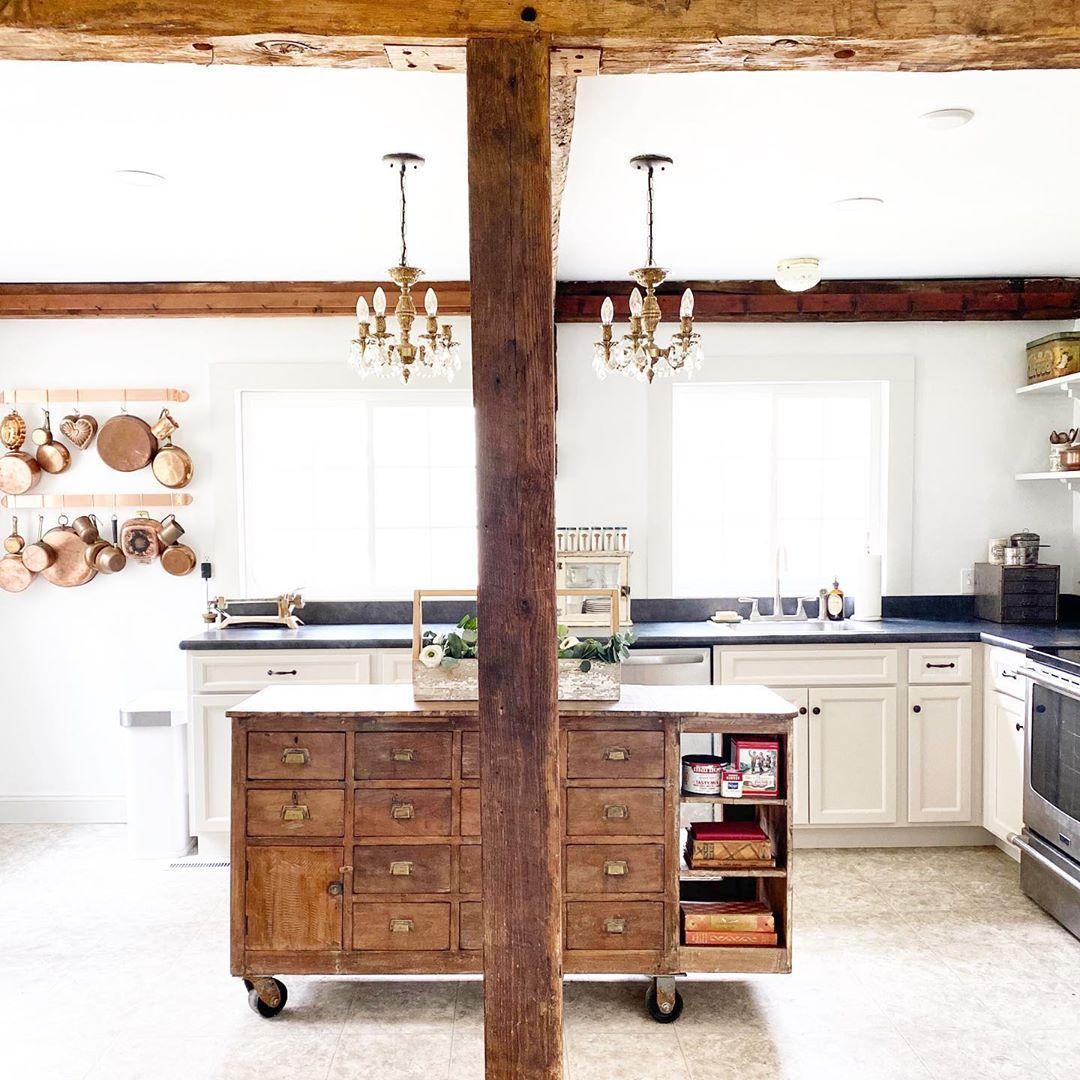 Bauernhausküche mit freiliegenden Holzbalken via @thelittlewhitefarmhouse