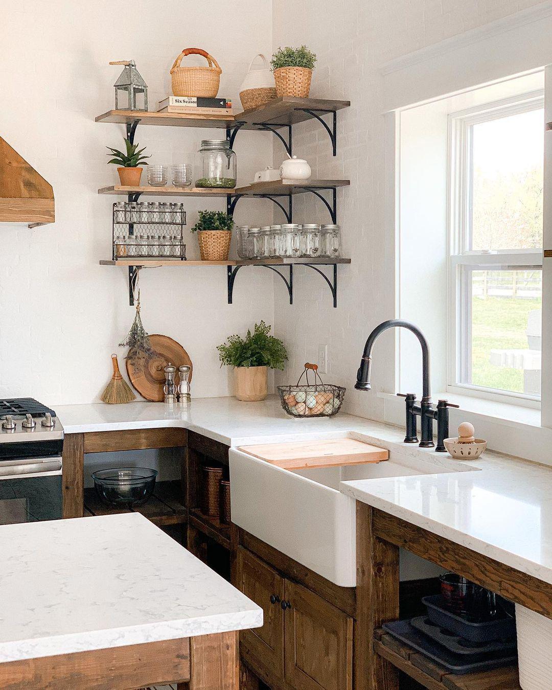 Bauernhausküche mit rustikalen Holzschränken @sugarmaplefarmhouse