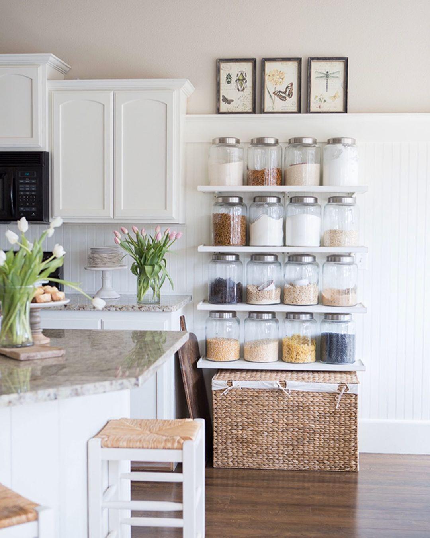 Bauernhausküche mit Wandglasregalen via @ellaclaireblog